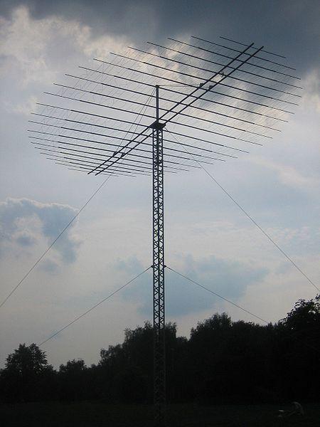 """""""Auf den ersten Blick denkt man, es ist eine große Funkantenne, die einfach mitten auf einer Parkwiese steht. Dann fällt einem auf, es sind überhaupt keine Kabel sichtbar oder Schaltschränke oder irgendwas in der Nähe. Dann geht man etwas näher heran und stellt fest, die feinen Antennendrähte sind in Wirklichkeit Buchstaben.""""  Mein Lieber, Skulptur in Münster (Westfalen), By Niels Heidenreich from Hannover, Germany (Mein Lieber (Totale)) [CC-BY-SA-2.0 (http://creativecommons.org/licenses/by-sa/2.0)], via Wikimedia Commons"""